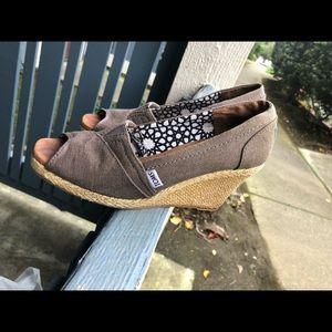 Toms Women's brown Wedge Sz 7 US